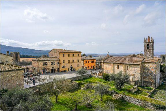 The main square in Monteriggioni.